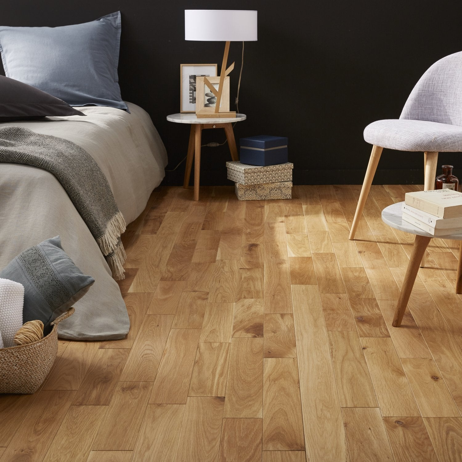 un parquet en ch ne blanc pour une chambre au style naturel leroy merlin. Black Bedroom Furniture Sets. Home Design Ideas