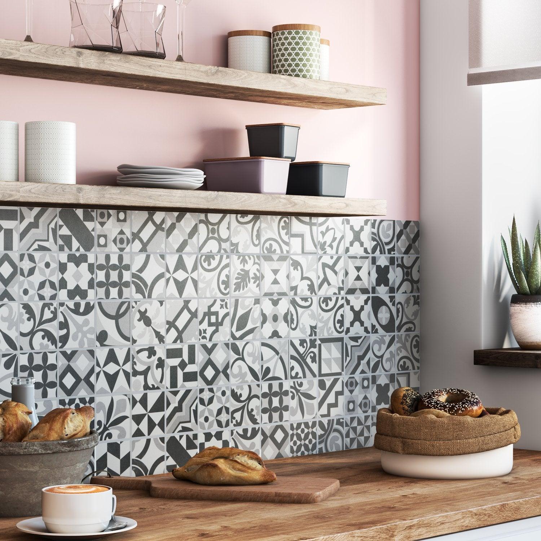 beautiful une cuisine avec une crdence mlangeant les styles with carrelage tomette leroy merlin. Black Bedroom Furniture Sets. Home Design Ideas