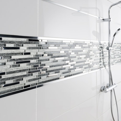 Un effet frise de mosaïque pour couvrir les murs de votre douche