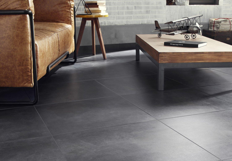 Un carrelage au sol effet béton gris dans votre salon ...