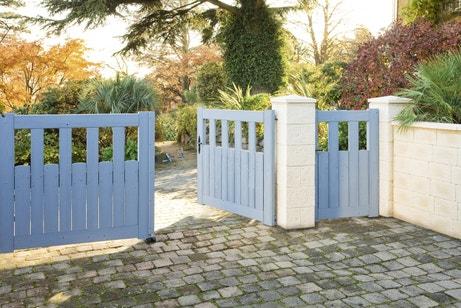 Un portail battant en bois bleu