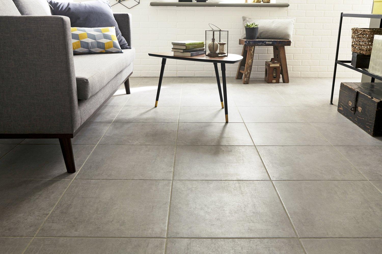 un carrelage carr gris en c ramique pour le salon leroy merlin. Black Bedroom Furniture Sets. Home Design Ideas