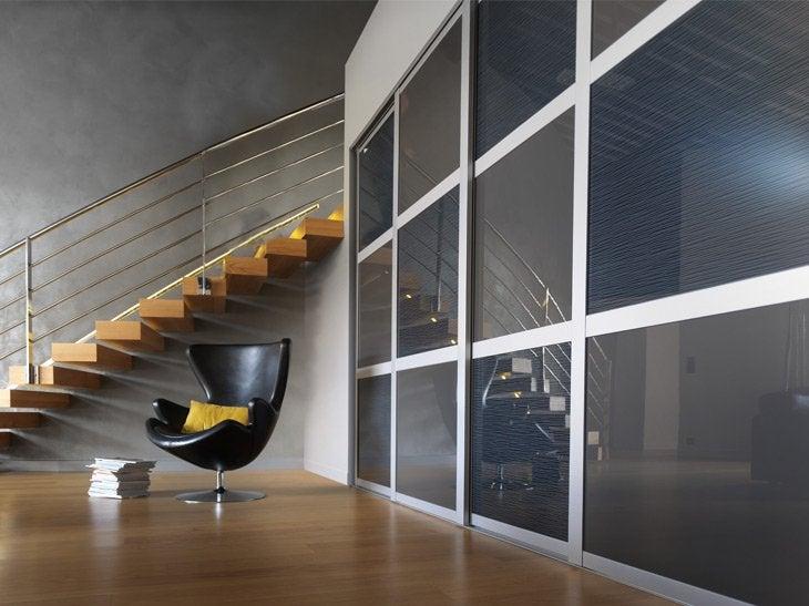 Des portes de placard avec une harmonie réussie entre le laqué et le structuré.