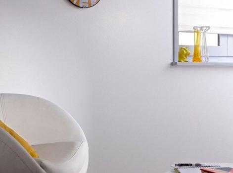 La peinture blanche satinée est dailleurs conseillée pour son côté lessivable un plus non négligeable dans les pièces très fréquentées