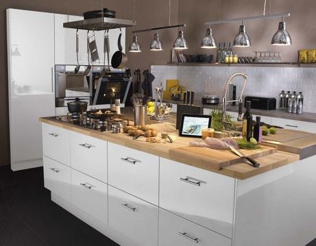 Un ilôt central pour la cuisine avec plan de travail en bois et rangements blanc