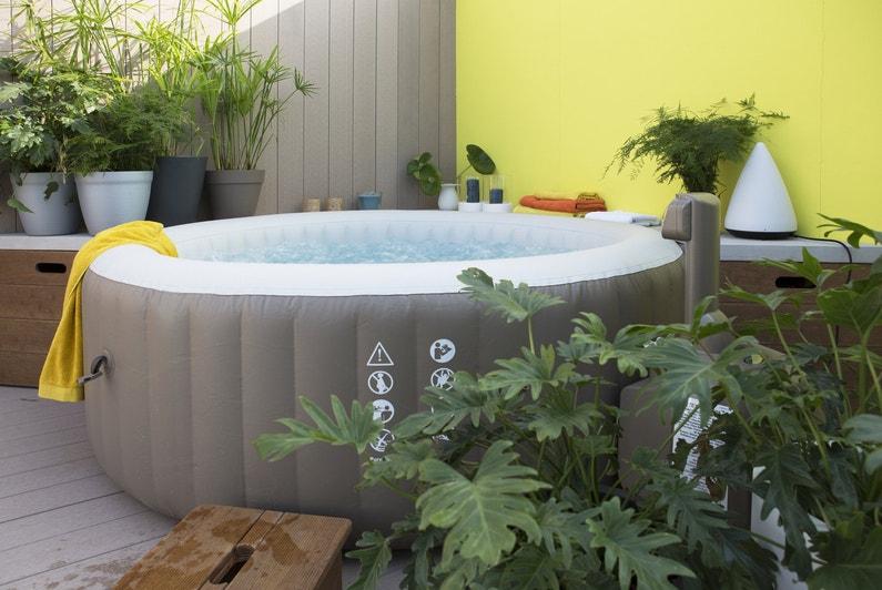 un spa gonflable sur la terrasse leroy merlin. Black Bedroom Furniture Sets. Home Design Ideas