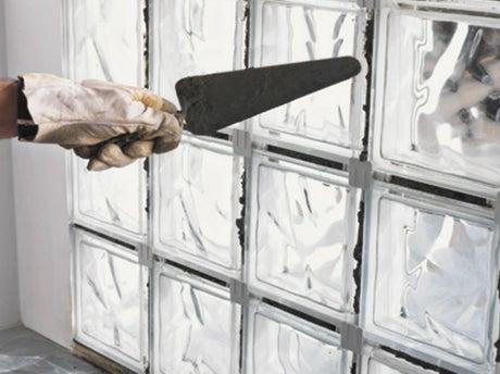 Comment monter un mur de briques de verre en pose traditionnelle ?