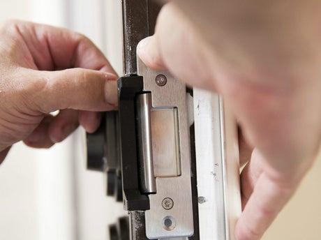 Comment poser une serrure en applique sur porte d'intérieur ?