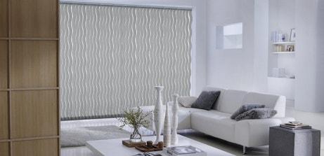 Des lamelles verticales orientables gris anthracite pour les fenêtres