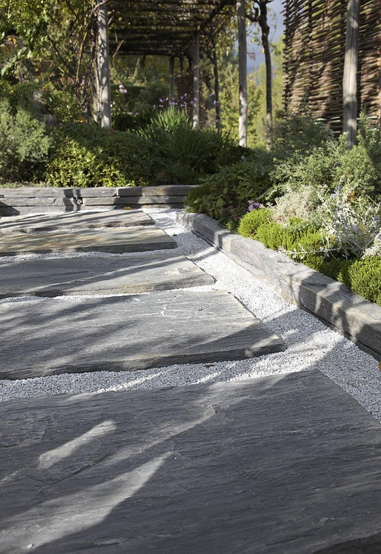 un muret en pierre avec des plantes dans le jardin leroy merlin. Black Bedroom Furniture Sets. Home Design Ideas