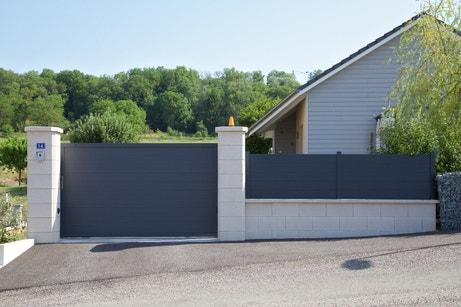 Le portail gris en aluminium avec la clôture assortie de Sébastien près de Vesoul