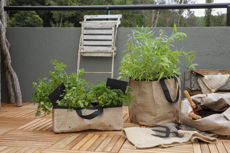 décorer le balcon avec des jardinières en toile de jute | leroy merlin