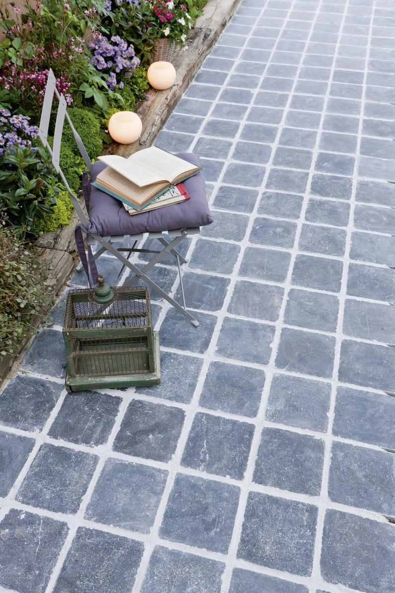 des dalles bleues et noires en pierre naturelle pour la terrasse. Black Bedroom Furniture Sets. Home Design Ideas