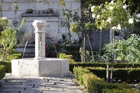 Une fontaine en pierre pour un jardin de charme