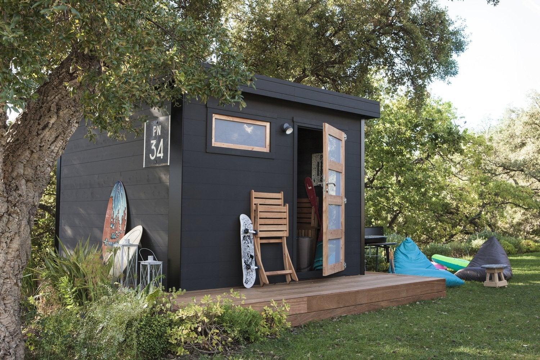 Un abri de jardin en bois peint en noir | Leroy Merlin