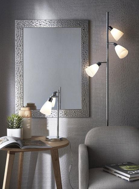 Un miroir contemporain chic avec un encadrement en acier