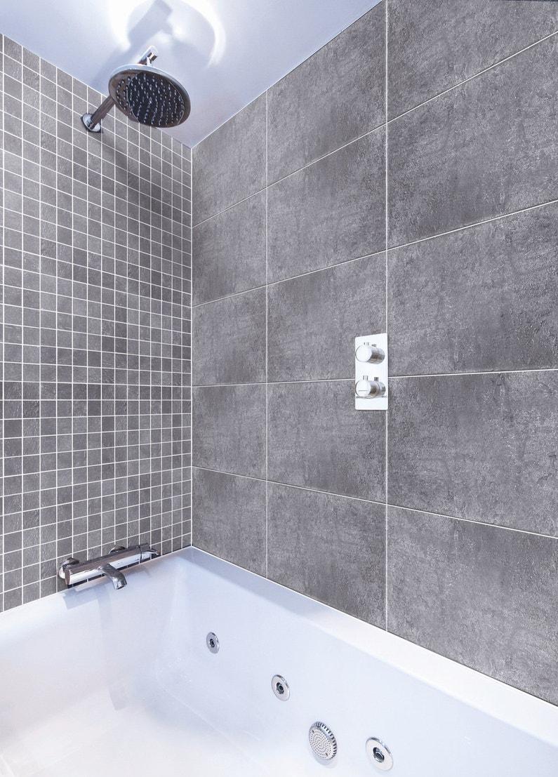 Un carrelage mural salle de bains gris leroy merlin for Carrelage mural gris salle de bain