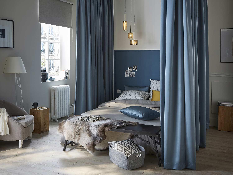 Créer des rideaux sur-mesure pour lit à baldaquin