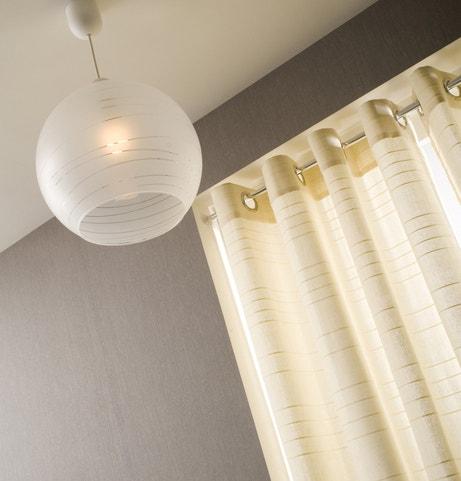 Une suspension boule en verre blanc qui diffuse une lumière douce dans votre intérieur
