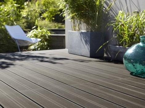 La Pose Du0027une Terrasse En Bois Composite Nu0027est Pas Radicalement Différente  Du0027une Terrasse En Bois Massif. Toutefois, Le Bois Composite Se Fixe  Uniquement ...