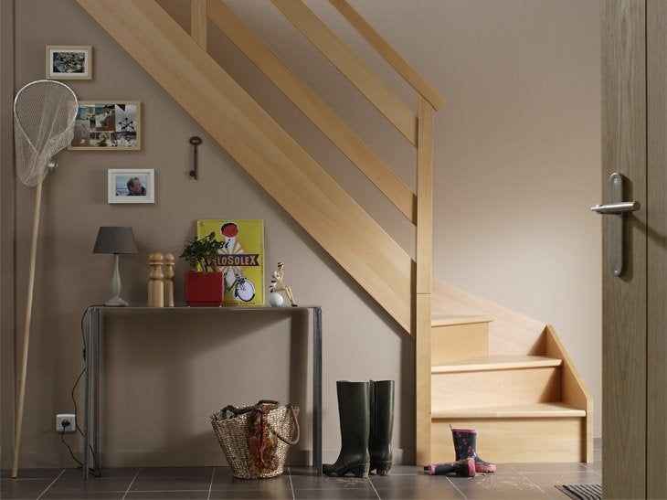 En hêtre, frêne, chêne ou bois exotique, cet escalier se décline avec ou sans contremarche. Les 6 modèles de garde-corps vous permettront de personnaliser votre escalier.