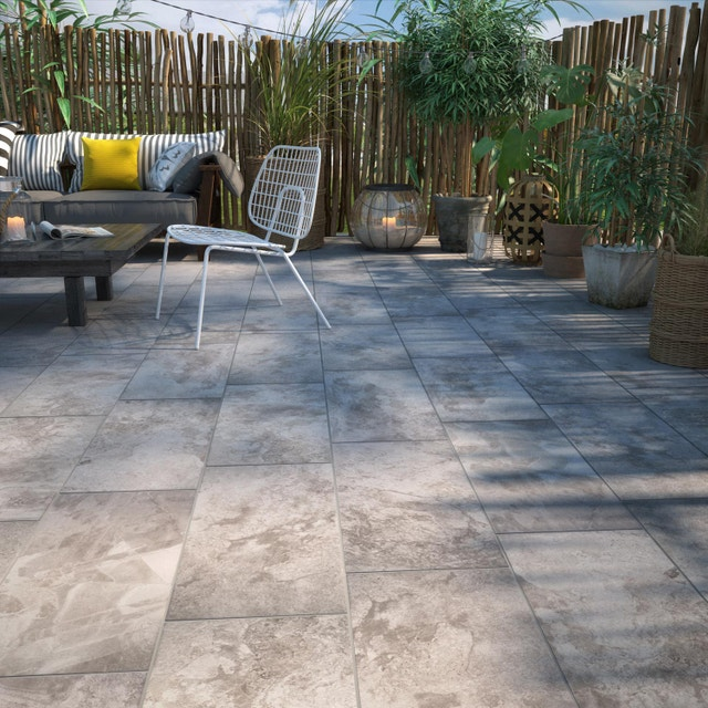 Décorez le sol de sa terrasse extérieure, avec un carrelage gris aspect pierre | Leroy Merlin