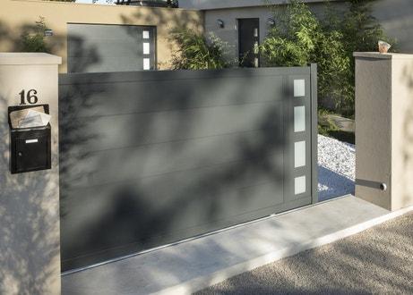 Un portail coulissant gris anthracite en aluminium