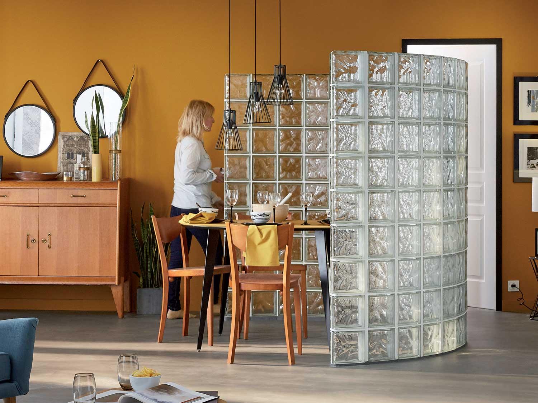 Réaliser une cloison courbe en briques de verre