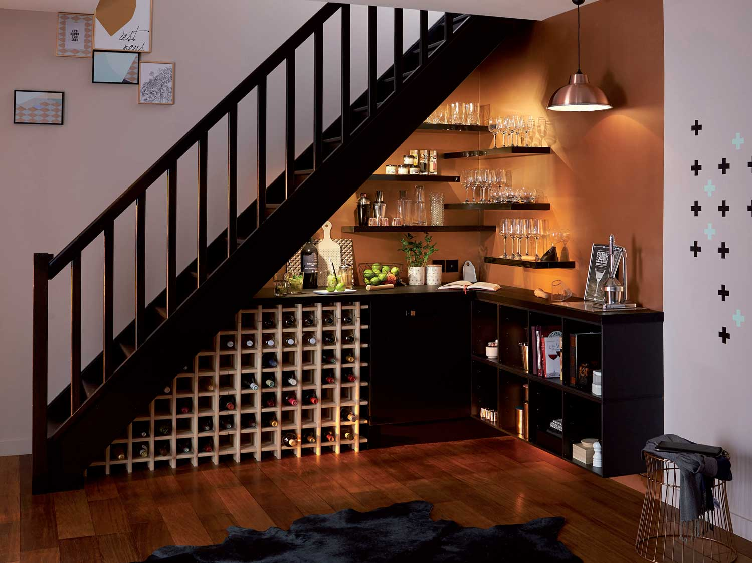 comment r aliser un bar cocktail sous votre escalier. Black Bedroom Furniture Sets. Home Design Ideas