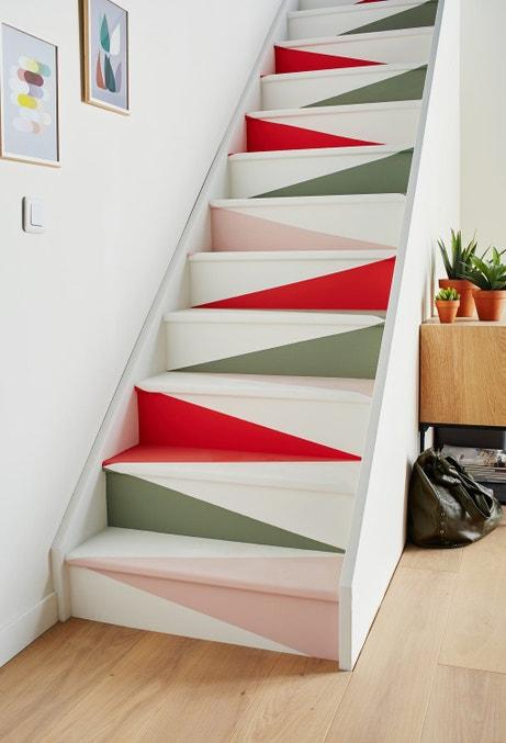 Un escalier peint effet papier plié