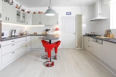 La cuisine d'Annie avec une touche de rouge