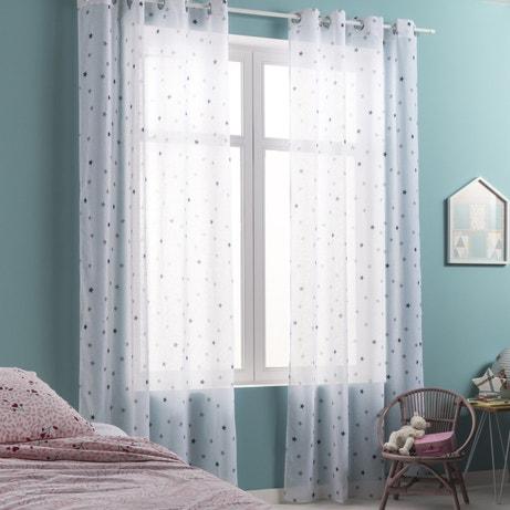 Des voilages bleus aux motifs étoiles pour une chambre d'enfant bleu lavande